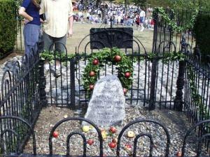 John Chapman's memorial gravesite in Johnny Appleseed Park.