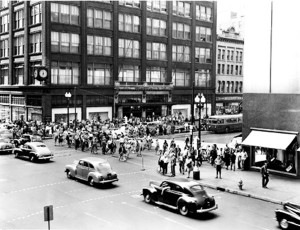 Lunchtime crowds cross Washington between L.S. Ayres and Wassons in the 1940s.